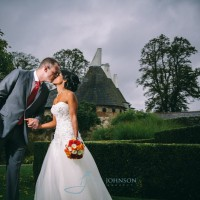 Off camera flash wedding portraits, couple kissing